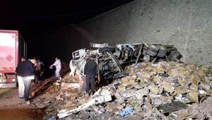 Erzurumda 14 ton patlayıcı yüklü kamyon yola devrildi