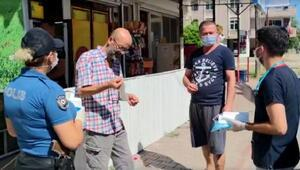 Polis, vatandaşa maske dağıttı
