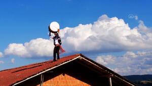 Görüntüler Sinoptan... Bahşiş sevdası davulcuyu çatıya çıkardı
