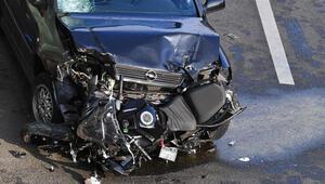 Peş peşe üç motosiklete çarptı, otomobilden inip...