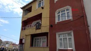Arnavutköyde binanın devrilen istinat duvarı gecekonduyu yıktı