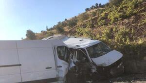 Hafif ticari araç ile minibüs çarpıştı: 2 yaralı
