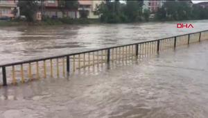 Son dakika haberler... Samsundaki şiddetli yağış hayatı felç etti