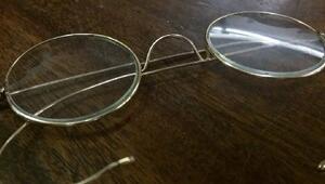 Dünyanın en ünlü gözlüğü posta kutusundan çıktı