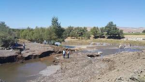 Hafikte su borusu patladı, tarım arazileri su altında kaldı