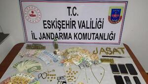Evden altın ve para çalan 4 şüpheliden 1'i tutuklandı