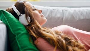 Yaz aylarında en çok dinlenen şarkı ve podcastler belli oldu