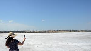 Edirnede suyu buharlaşan gölün tuz tabakası ortaya çıktı