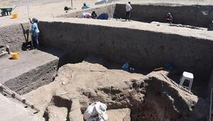 Eskişehir'deki kazılarda 5 bin yıllık taş palet bulundu