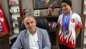 Şampiyon sporculardan başkana makam koltuğu hediyesi