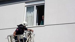 Odada mahsur kalan 80 yaşındaki engelliyi, polis ve itfaiye kurtardı