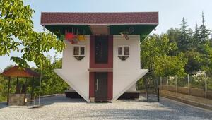 2020 yılı ters gitti diyerek, turizme katkı için ters ev inşa ettirdi