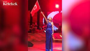 Yıldız Tilbe 30 Ağustos Zafer Bayramını İstiklal Marşı'nı söyleyerek kutladı.