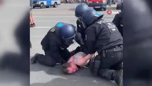 Alman polisinden dehşete düşüren görüntü Yaşlı kadını darp ettiler
