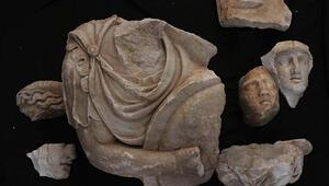 Hadrian Tapınağı kazısında arkeologlar parçaları birleştirerek geçmişe ışık tutuyor