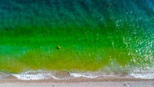 Antalyanın dünyaca ünlü sahilinin rengi bir anda değişti İşte nedeni...