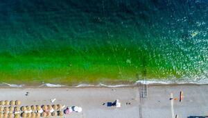 Antalyada deniz yeşile döndü, tatilciler korktu