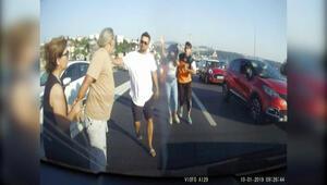 Motosiklet sürücüsü, otomobildeki aileye saldırdı