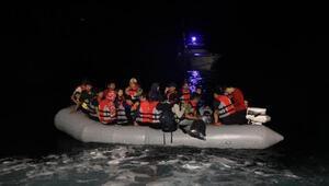 Motoru arızalanan lastik bottaki kaçak göçmenleri Sahil Güvenlik kurtardı