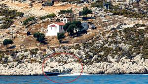 DHA ekibi görüntüledi Yunanistandan Meis Adasında iki zodyak botta silahlı devriye