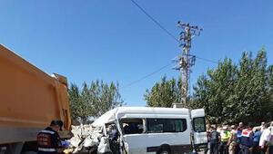 Son dakika... Adıyamanda Yolcu minibüsü önündeki hafriyat kamyonuna çarptı: 1 ölü, 19 yaralı