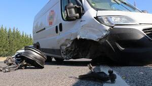 Park halindeki otomobile çarpan minibüsün sürücüsü yaralandı
