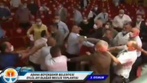 Adanada belediye meclisi fena karıştı... Belediye başkanı darbedildi