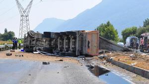 Kum yüklü TIR devrildi, şoför öldü