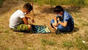 Sokakta satranç var