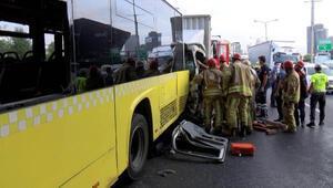 Küçükçekmecede kamyonet İETT otobüsüne arkadan çarptı: 2 yaralı