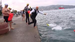 İstanbul Boğazına Saygı için takım elbiseyle yüzdüler