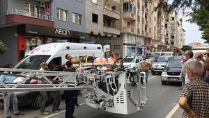 6 katlı binanın çatısında ayağından asılı kaldı