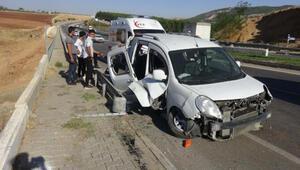 Aydınlatma direğine çarpan araçtaki 2 kişi yaralandı