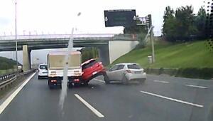 Önce otomobil sonra bariyere çarptı; kaza anı araç kamerasında