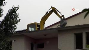 Karsta ilginç görüntü... 5 katlı binanın üzerine yıkım için iş makinesi çıkarttılar
