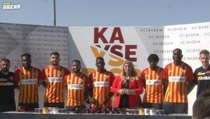 Kayserispor yeni sezonda kadrosuna kattığı 9 yeni futbolcuyu basına tanıttı.