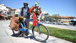 Bayrak ve çiçeklerle süslediği yol arkadaşının 30 yıldır pedalını çeviriyor