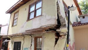 Kamyonun çarptığı iş yerinin duvarını sokak lambası direği ayakta tutuyor