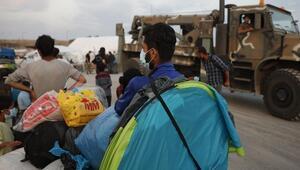 Moriadaki yangının ardından mülteciler geçici kurulan kampa götürülüyor