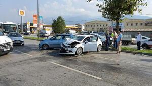 Ters yöne geçen otomobile, seyir halindeki 3 otomobil çarptı
