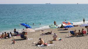 Antalyada sıcak hava ve yüksek nem sonrası sahiller doldu