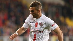 Antalyasporda Lukas Podolskiden Beşiktaş maçı sonrası itiraf: Sokaktan geldiği belli