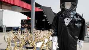 Emmy Ödülleri töreninde sunucular smokin tasarımlı koruyucu kıyafet giyecek