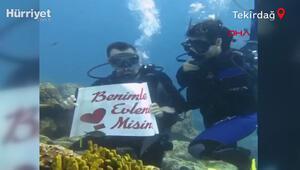 Deniz tutkunu kız arkadaşına, su altına evlilik teklif etti