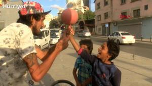 Beyoğlunda kırmızı ışıkta jonglör gösterisi