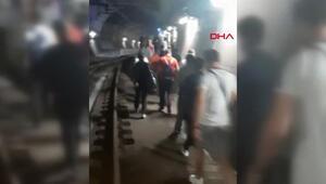 Marmaraydaki arıza sonrası yolcular rayların üzerinde yürüyerek dışarı çıktı