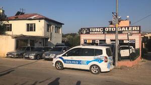 Kozan'da oto galeriye Kalaşnikoflu saldırı: 2 yaralı