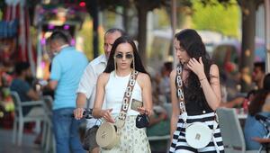 Kalabalık gruplar halinde maskesiz gezen turistlerin büyük bölümü uyarılara kulak asmıyor