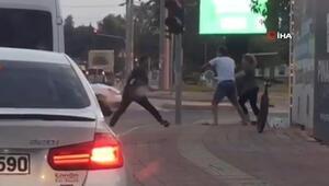 Trafikte sopalı kavga Dehşete düşüren anlar kamerada