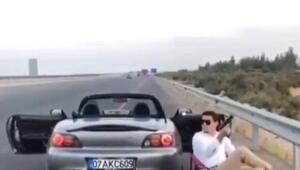 Otoyol kenarında oturup havaya ateş açan sürücü yakalandı